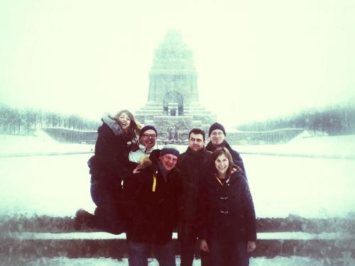 Wir Münchner vor dem erwürdigen Denkmal der Völkerschlacht